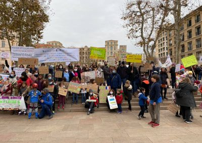 Les familles manisfestant pour le maintien à l'IEF